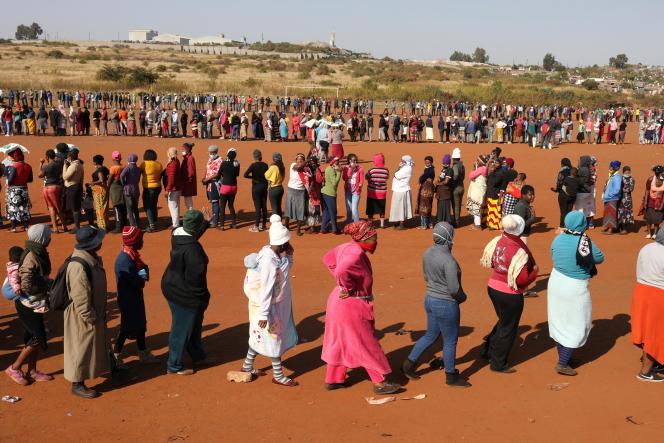 Des personnes font la queue pour recevoir une aide alimentaire à Laudium, dans la banlieue sud-ouest de Pretoria, le 20 mai 2020.