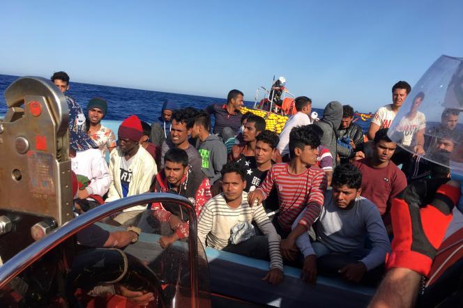 Des migrants sauvés par l'«Ocean-Viking»,près des côtes libyennes, le 25 juin.