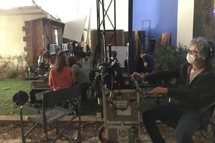 Le «combo», zone de contrôle écran avec, au premier plan, Martin Boisseau, ingénieur du son de «Mytho».Dans les studios de Bry-sur-Marne (Val-de-Marne), le 23 juin.
