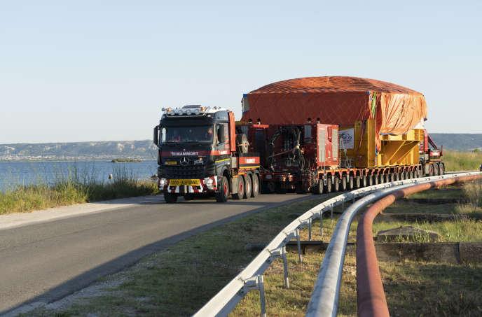 Transport de l'aimant supraconducteur «PF6», le 22 juin, à Berre-l'Etang (Bouches-du-Rhône), fourni par l'Europe et fabriqué en Chine.