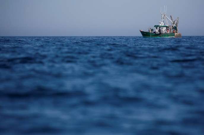 Un bateau de pêche, vers Cancale (Ille-et-Vilaine), le 24 juin.