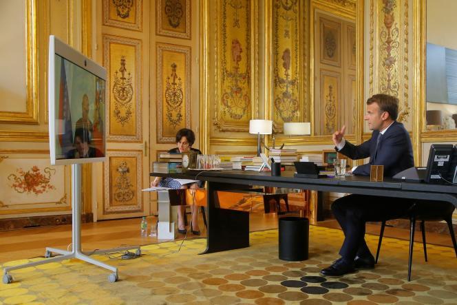 Emmanuel Macron discute avec le président russe Vladimir Poutine par visioconférence, au Palais de l'Elysée, à Paris, le 26 juin.