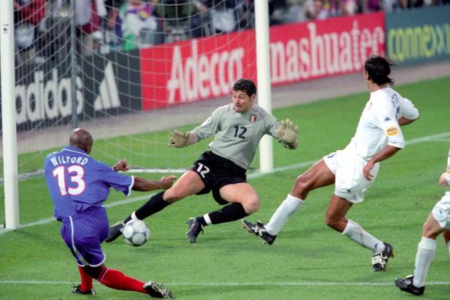 Sylvain Wiltord face au gardien italien Francesco Toldo, le 2 juillet 2000, à Rotterdam.