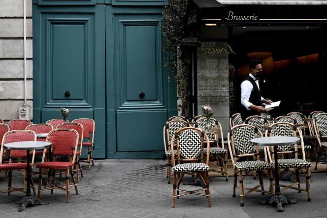 Une terrasse de café à Paris, le 15 juin.