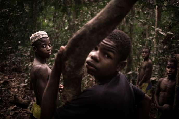 De jeunes Bayaka en forêt à Bayanga, dans l'extrême sud-ouest de la Centrafrique, le 13 mars 2020.