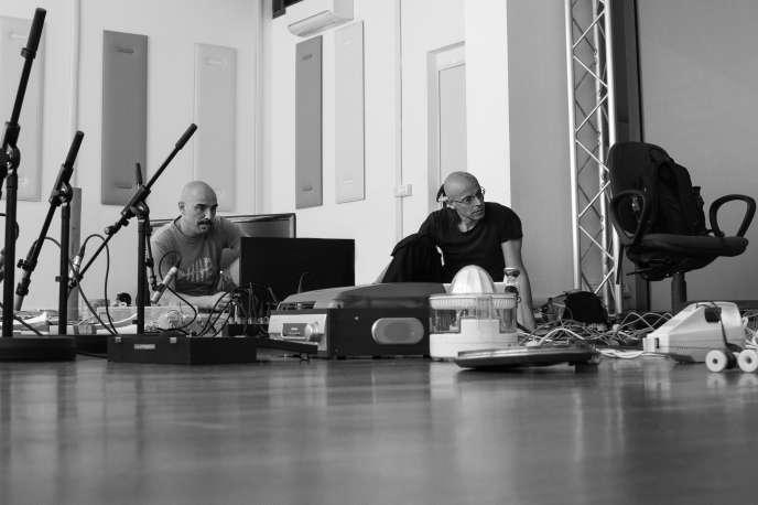 Le concepteur d'objets sonores Andrea Valle (à gauche) et le compositeur Mauro Lanza (à droite), en juin 2019, à Turin.