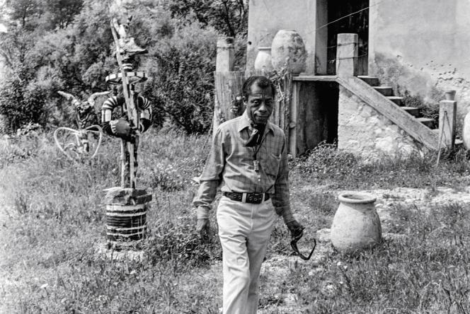 James Baldwin, devant sa maison de Saint-Paul-de-Vence, en mai 1972.