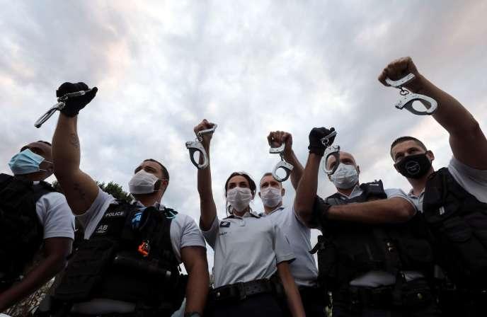 Des policiers rassemblés pour protester contre les réformes annoncées par Christophe Castaner, à Nice, le 12 juin.