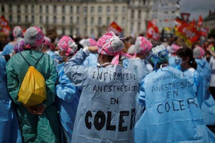 Manifestation du personnel soignant devant le CHU de Nantes (Loire-Atlantique), le 16 juin.