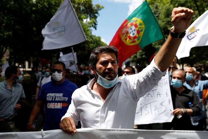 Andre Ventura, le leadeur de Chega, entré au Parlement portugais en 2019, dans les rues de Lisbonne, samedi 27 juin.