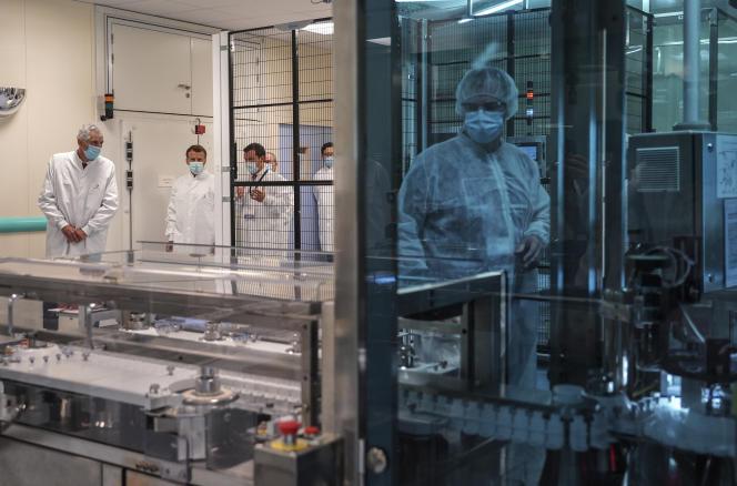 Lors de la visite d'Emmanuel Macron à l'usine Sanofi Pasteur de Marcy-l'Etoile (Rhône), le 16 juin.