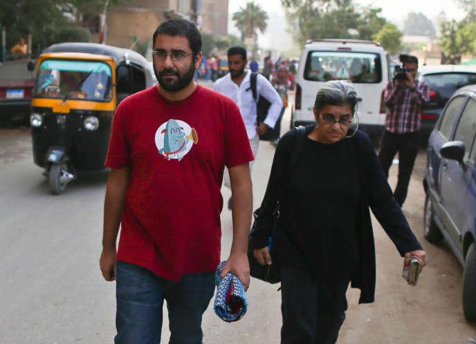 Leïla Soueif et son fils, le dissident Alaa Abdel-Fattah aujourd'hui emprisonné, après le procès de Sanaa Seif au Caire, en octobre 2014.