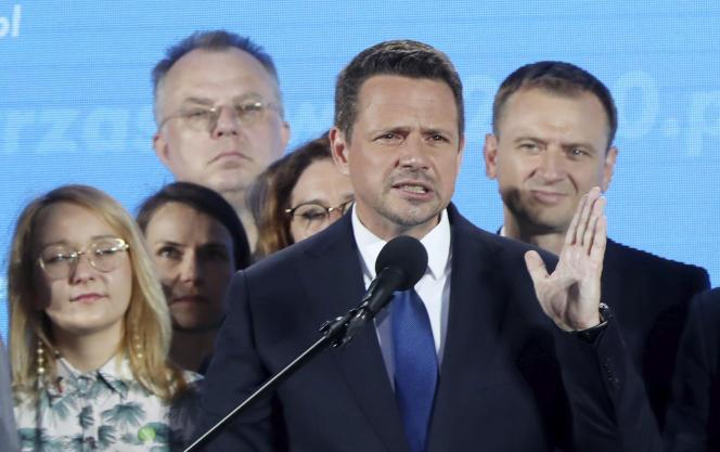 Rafal Trzaskowski, après la publication des sondages le qualifiant pour le second tour de la présidentielle polonaise,à Varsovie, dimanche 28 juin.