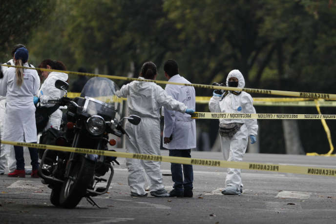 La police scientifique sur les lieux de la tentative d'assassinat de Omar Garcia Harfuch, chef de la police de Mexico, le 26 juin.