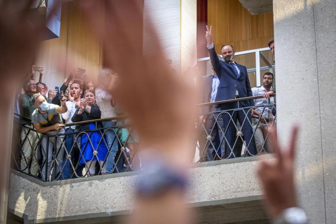 Edouard Philippe, salue ses partisants après sa victoire au second tour des élections municipales au Havre, le 28 juin.