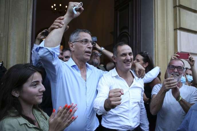 Pierre Savelli, à la tête d'une coalition nationalistes-droite-gauche, retrouve le fauteuil de maire de Bastia, dont il avait hérité en janvier 2016 après l'élection de Gilles Simeoni (à droite) à la présidence du Conseil exécutif de la Corse.