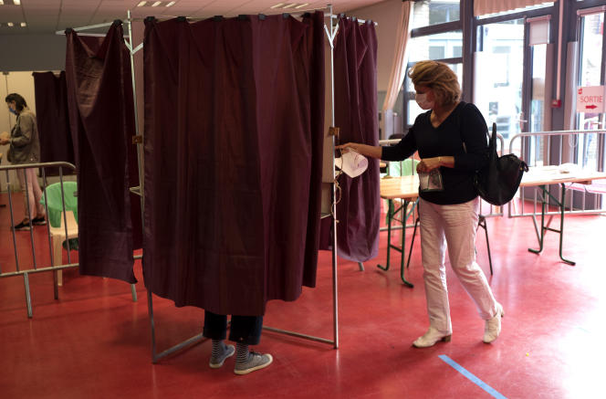 Dans un bureau de vote à l'occasion des élections municipales, à Lille (Nord), le 28 juin.
