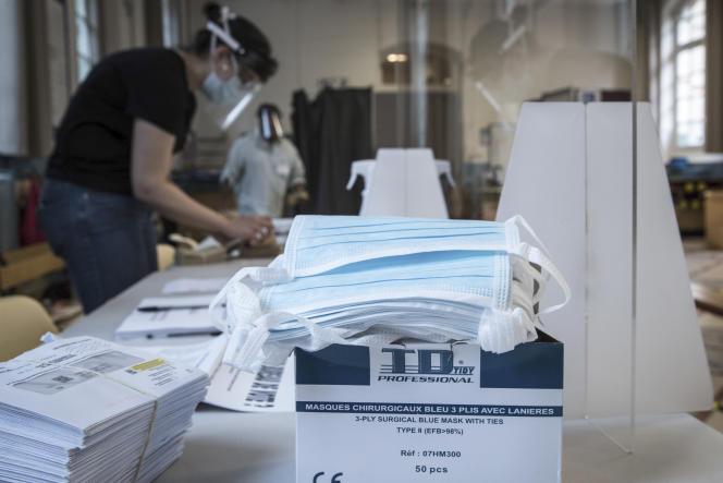 Dans un bureau de vote parisien, lors du second tour des élections municipales, le 28juin.