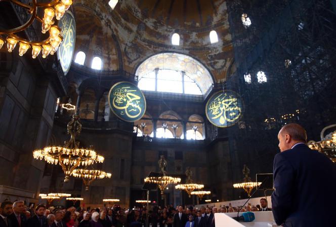 Recep Tayyip Erdogan lors de l'ouverture de la Biennale d'Istanbul à la basilique Sainte-Sophie, en mars 2018.