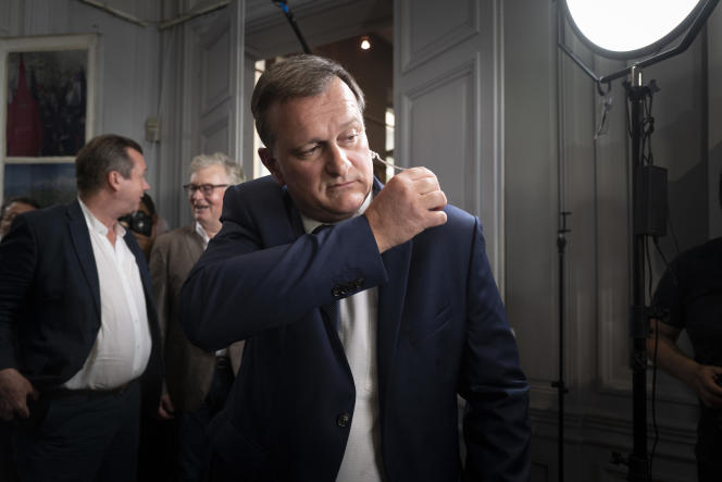Louis Aliot annonce sa victoire sur les chaînes de télévision, à Perpignan.