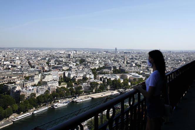 Vue sur Paris depuis la tour Eiffel le jour de sa réouverture, le 25 juin.