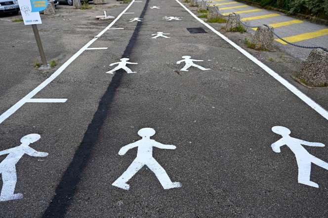 Des pictogrammes peints au sol incitent les passants à respecter les règles de distanciation physique, à Audierne (Finistère), le 18 juin.