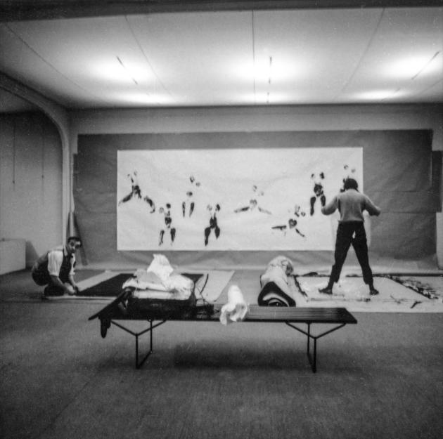 Répétition de la performance «Anthropométrie de l'époque bleue», d'Yves Kleinà la Galerie internationale d'art contemporain, à Paris, en1960.