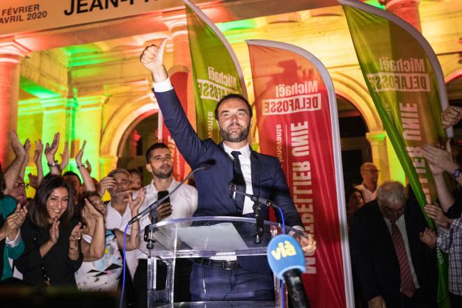 Michaël Delafosse célèbre son élection devant le Pavillon populaire, à Montpellier, le 28 juin.