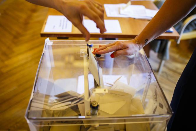 Une électrice vote le jour du second tour des élections municipales.
