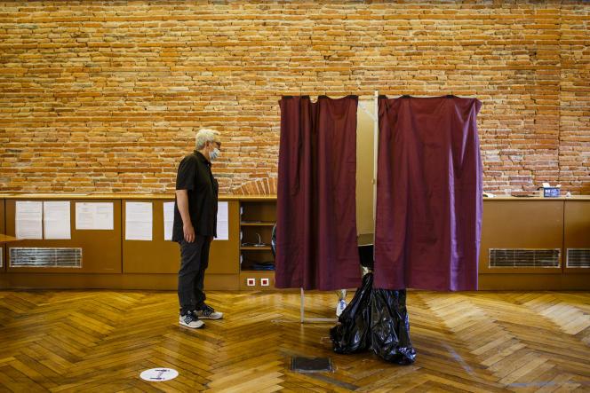 Lors du second tour des élections municipales, à Toulouse, le 28juin.