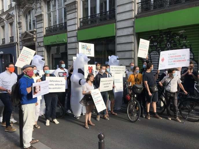 Des militants, dont certains déguisés en ours blancs, manifestent devant les locaux de Greenpeace France, à Paris, le 29 juin 2020.