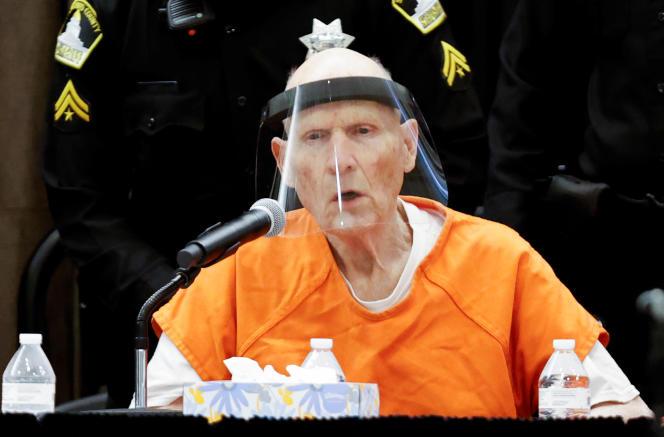 Revêtu d'une combinaison orange de prisonnier, Joseph DeAngelo est entré dans la salle d'audience doté, comme tous les participants, d'une visière en plexiglas.