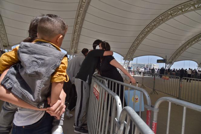 Une femme dit au revoir à sa famille avant d'être rapatriée d'Algerie vers la France, à l'aéroport d'Alger le 27 mai.