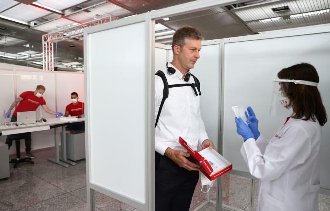 Dans le centre de test rapide de dépistage du Covid-19 installé à l'aéroport de Francfort, en Allemagne.