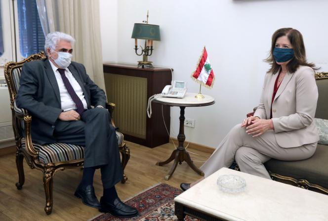 Le ministre libanais des affaires étrangères Nassif Hitti et l'ambassadrice des États-Unis au Liban Dorothy Shea, à Beyrouth, le 29 juin.