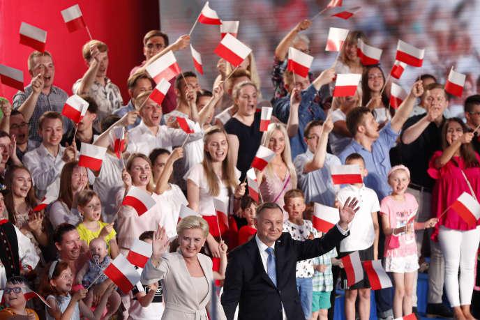 Andrzej Duda et Agata Kornhauser-Duda lors du premier tour de l'élection présidentielle polonaise, à Lowicz, le 28 juin.