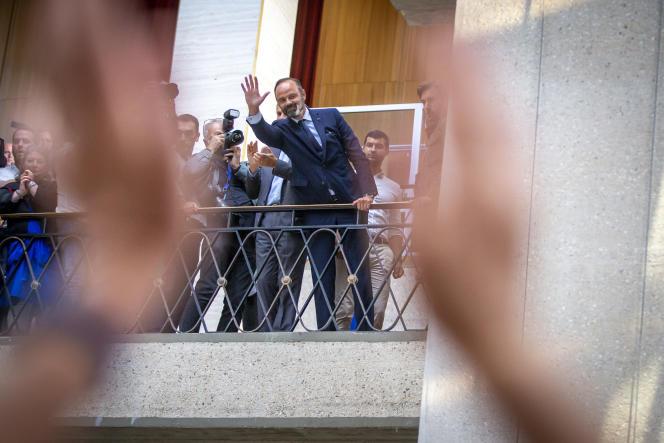 Edouard Philippe salue ses partisans après sa victoire au second tour des élections municipales, au Havre, le 28 juin.