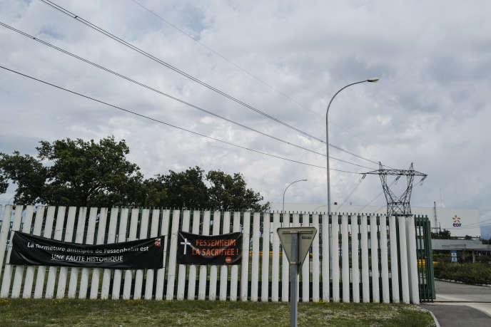 A l'entrée de la centrale de Fessenheim, des banderoles ont été accrochées quelques jours avant l'arrêt definitif.