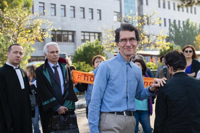 Le mathématicien turc Tuna Altinel lors d'une manifestation devant le palais de justice de Balikesir, le 19 novembre 2019.