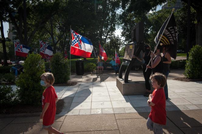 Des manifestants pour et contre le changement de drapeau se croisent devant le capitole de l'Etat du Mississippi à Jackson, le 28 juin 2020.