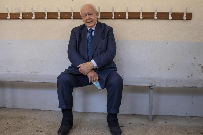 Jean-Claude Gaudin dans un bureau de vote à l'école Mermoz, à Marseille, le 28 juin.