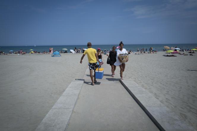 La plage de Canet en Roussillon la plus proche de Perpignan etait bondee de Perpignanais qui ont prefere la plage au bureau de vote.