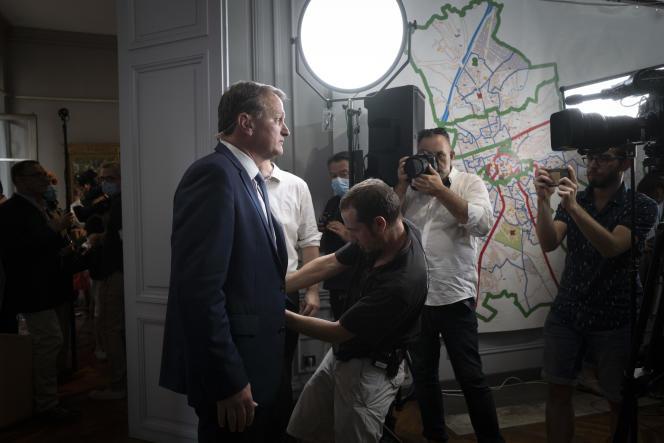 Louis Aliot (RN) s'apprête à annoncer sa victoire au second tour des élections municipales, à Perpignan, le 28 juin.