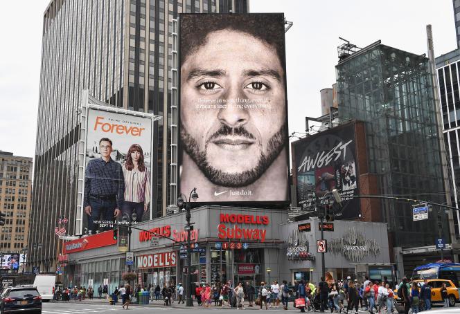 Une publicité de la marque Nike montre le joueur de football américain ColinKaepernick, figure de la lutte contreles violences policières envers les Noirs, à New York, en 2018.