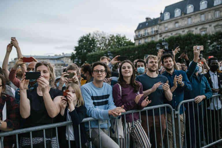 Paris le 28 juin 2020. Anne Hidalgo célèbre la victoire au municipales de Paris sur le parvis de l'Hotel de ville. Des habitants sont venus écouter le discours d'Anne Hidalgo.