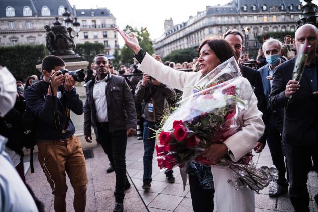 Anne Hidalgo salue la foule devant l'Hôtel de ville après l'annonce des résultats du second tour des municipales, à Paris, le 28 juin.