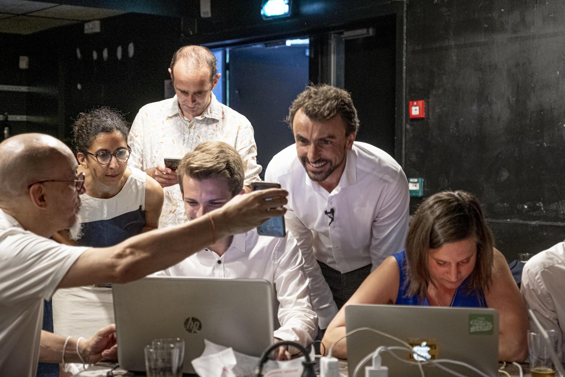 L'écologiste Grégory Doucet découvre les premiers résultats du second tour des municipales, à Lyon, le 28 juin.