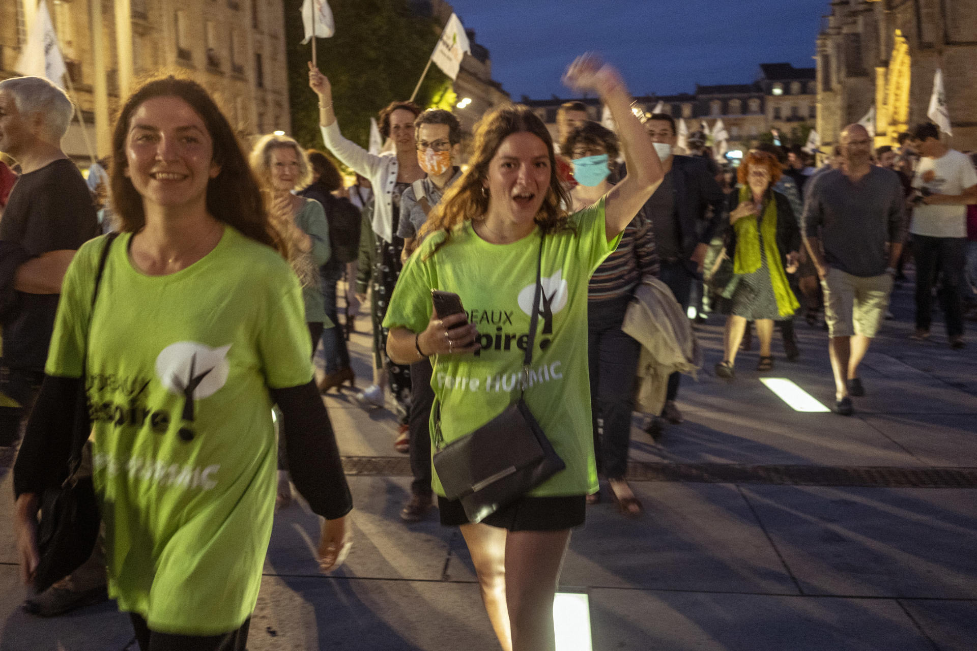 Des supporteurs de Pierre Hurmic (EELV) fêtent sa victoire au second tour des élections municipales à Bordeaux, le 28 juin.