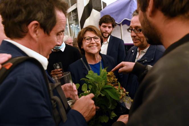 Martine Aubry, maire de Lille, fête sa victoire avec son equipe et des militants au bistrot L'Hirondelle, à Lille, dimanche 28 juin.