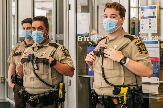 Des officiers de police à Minneapolis (Minnesota), le 29juin.